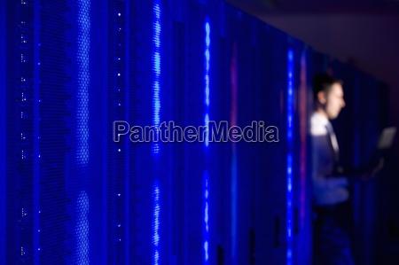 niebieski blask sieci serwerow i technik