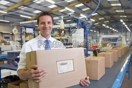 trabajador en almacen en una caja