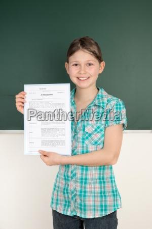 student przedstawia swoj raport rok