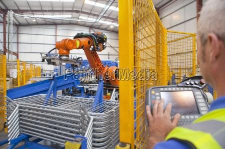 pracownik pracuje w fabryce maszyn robota