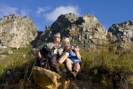 starsza para wedrowki na szlaku gorskim