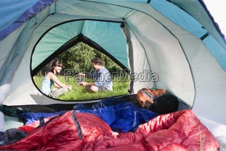 namiot wnetrze widok para siedzi na