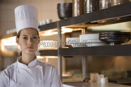 kobieta kucharz stalego w kuchni handlowych