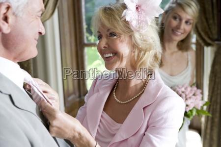 starsza kobieta dostosowanie krawat meza panna