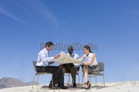 biznes ludzi patrzac na mapie w