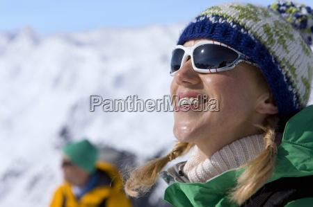 szczesliwy kobieta cieszac slonce na snowy