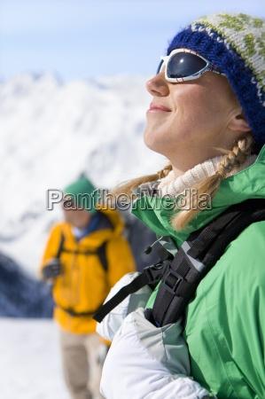 szczesliwa kobieta z plecaka cieszac sie