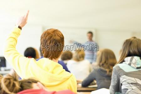 widok z tylu klasy pelnej uczniow