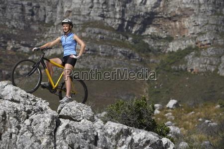 kobieta gorskim rowerzysta siedzi na rowerze