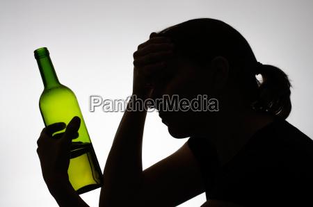 sylwetka kobiety trzymania butelki