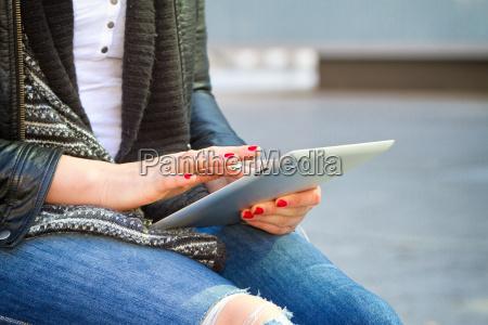 mloda kobieta nowoczesnych z tabletem