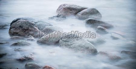 kamienie morskie myte przez fale z