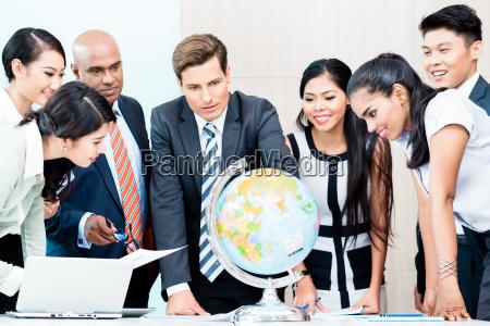 business team omawiajac global intelligence rynku