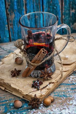 szklo grzane wino z przyprawami w