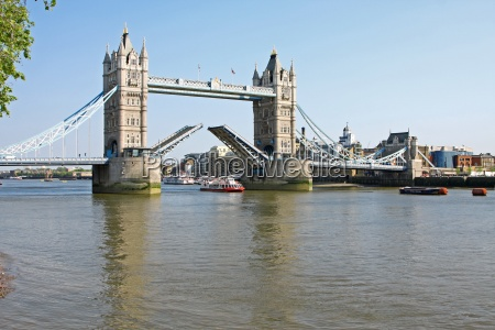 tower bridge w londynie otwartym
