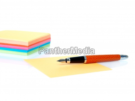 kolorowe puste notatki i dlugopis na