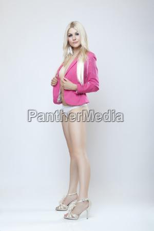 atrakcyjna blondynka w kurtce