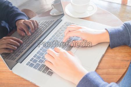 pracujaca przestrzen z laptopem i filizanka