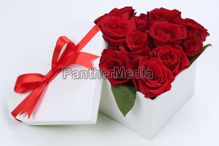 prezent jako serce z rozami na