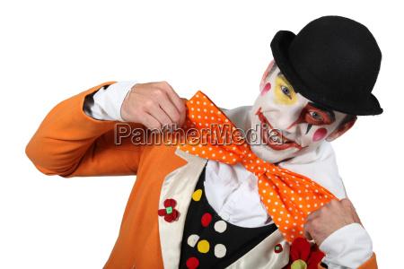 czlowiek ubrany jak clown