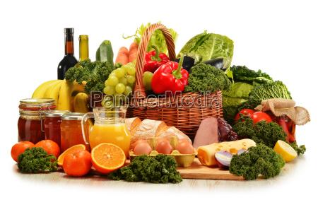 wiklinowy kosz z bukietem warzyw organicznych