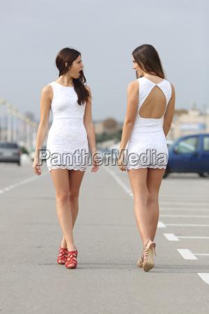 dwie kobiety z tej samej sukni