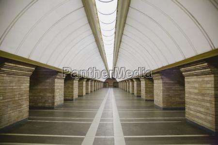 stacja metra w wielkim miescie