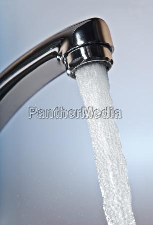 plynaca woda z kranu