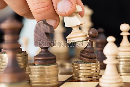 reka gra w szachy ulozone na