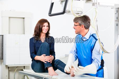 lekarz dla promieni rentgenowskich na nodze