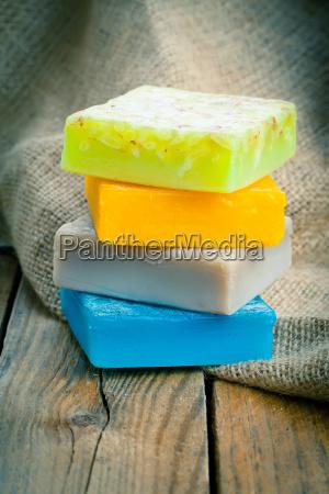 kolorowe recznie robione mydla na drewnianej