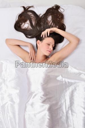 piekne kobiety na lozku pod biala
