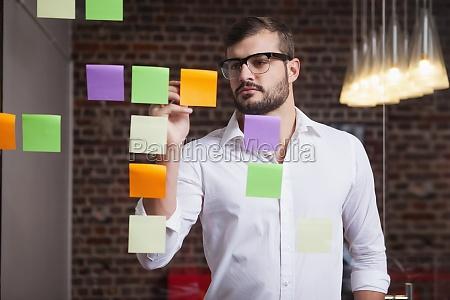 casual biznesmen pisanie na notatki