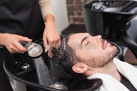 hair stylista mycia mans wlosow