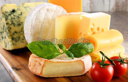 rozne rodzaje sera izolowane na stole