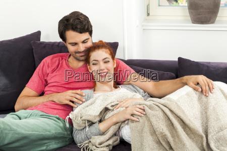 mloda para kochala sie w salonie