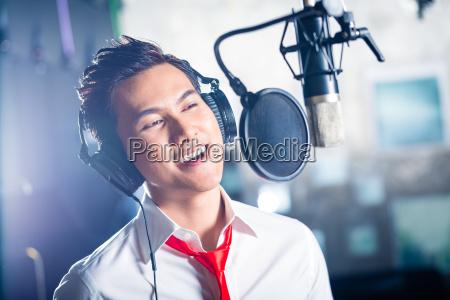 azjatycki, mężczyzna, piosenkarz, produkcji, piosenki, w - 13935313
