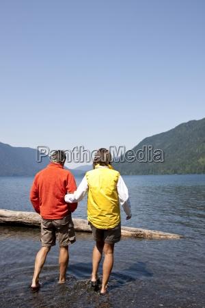 kobieta trzyma reke podczas spaceru mans