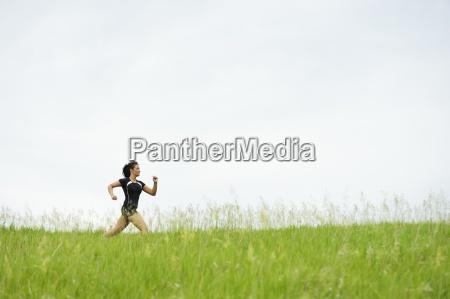 mloda kobieta pracuje na trawie szlakiem