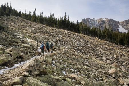 mezczyzna i dwie kobiety turystycznych przez