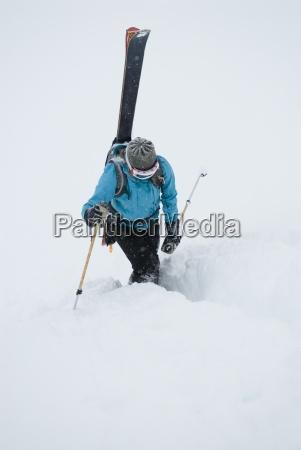 mloda kobieta pakuje narty i akcja