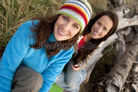 dwie piekne kobiety usmiech podziwiajac zachod