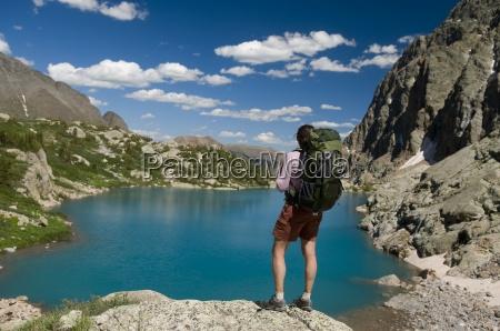 turysta kobieta spoczywa obok turkusowe jeziora