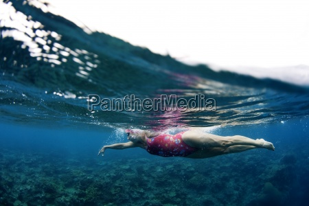 podwodne widoku plywak korzystajacych z kapieli