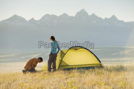 mloda para skonfigurowac swoj namiot na