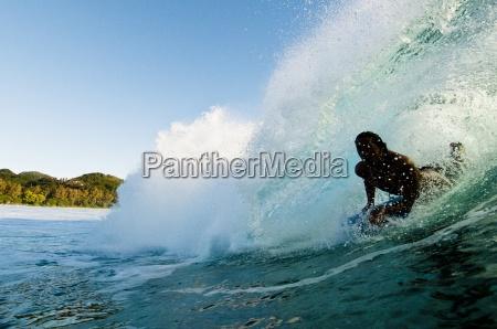 bodyboarding pociagniecie do barreling fali rarotonga