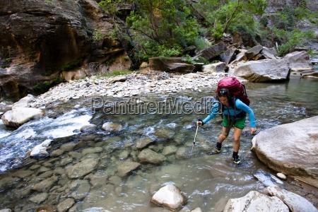 kobieta uzywa slup trekking do przekroczenia