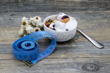 Sniadanie dietetyczne z granola i jogurtem