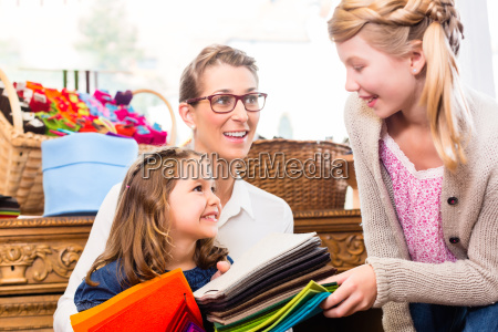 rodzina kupuje rzemiosla dostaw w sklepie