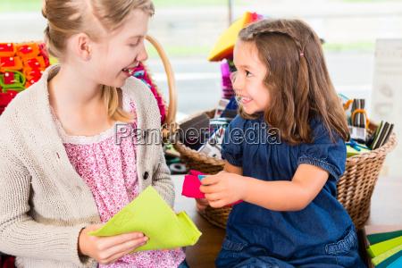 dzieci kupuja artykuly rzemieslnicze w sklepie